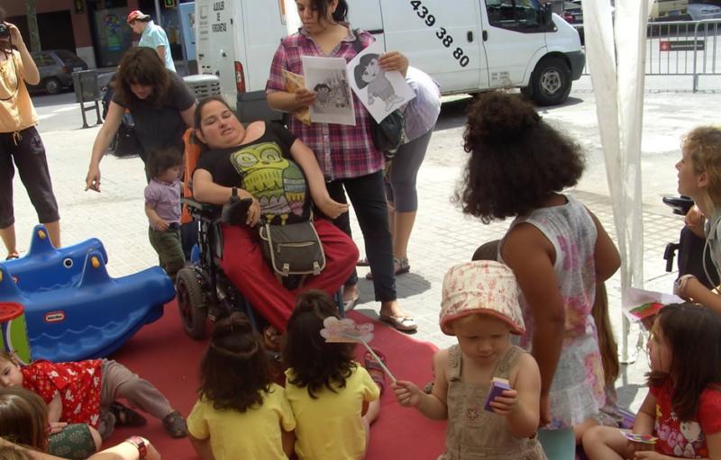 Mujer en silla de ruedas rodeada de niños