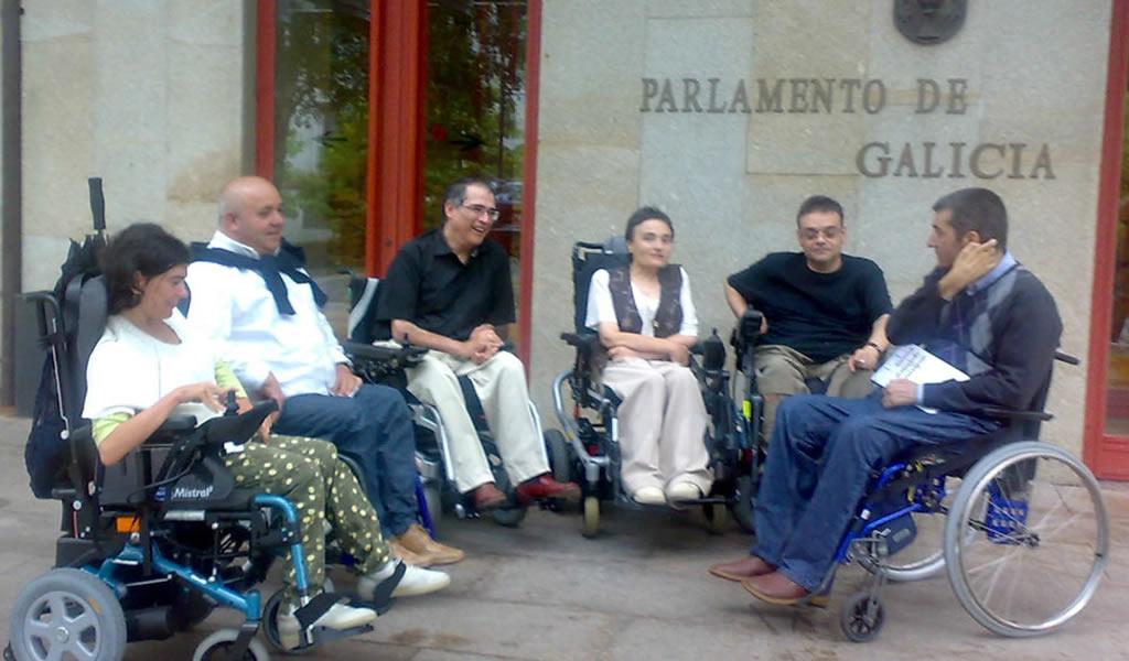 Miembros de VIgalicia a la salida del parlamento gallego
