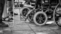 Sillas de ruedas y personas con bastón