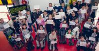 Miembros de ENIL llevando pancartas reivindicativas